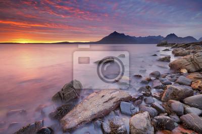 Espectacular puesta de sol en la playa Elgol, Isla de Skye, Escocia