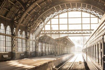 Cuadro Estación de tren interior puesta de sol en la sepia. Carro y plataforma con techo de construcción. Viajar en tren en ferrocarril