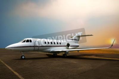 Cuadro Estacionamiento de avión de jet privado en el aeropuerto. Con fondo de puesta de sol