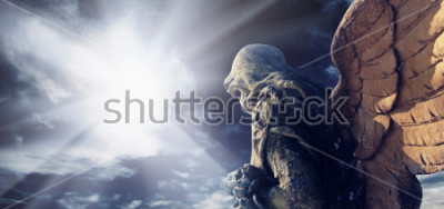 Cuadro Estatua antigua del ángel maravilloso en los rayos del sol. Arquitectura, arquetipo, religioso, concepto de la fe.