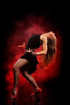 Cuadro estilo moderno bailarina posando sobre fondo oscuro