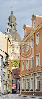 Estrecha calle del casco antiguo de Riga, Letonia