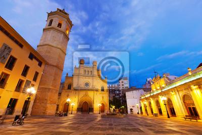 Fadri torre y la catedral en Castellón de la Plana en la noche