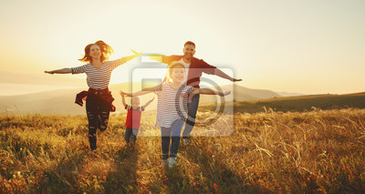 Cuadro Familia feliz: madre, padre, hijos hijo e hija en el atardecer