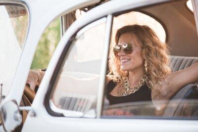 Cuadro Feliz, mujer despreocupada disfrutar de un coche retro, día de verano caliente.