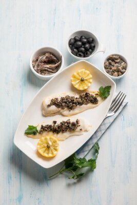 Cuadro Filete de pescado con aceitunas negras alcaparras y anchoas