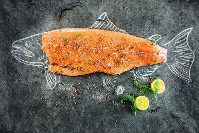 Cuadro Filete de pescado de salmón crudo con ingredientes como limón, pimienta, sal y eneldo en tablero negro, imagen esbozada con tiza de pescado de salmón con filete
