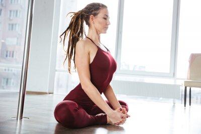 Cuadro Focused mujer bonita haciendo yoga en el estudio