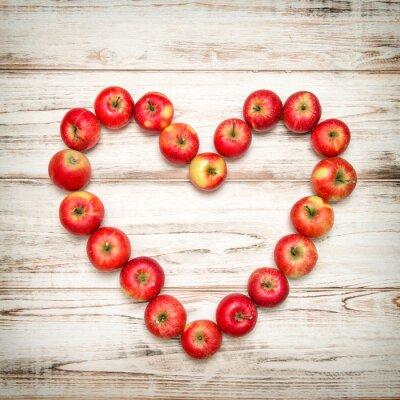 Cuadro Fondo de madera del corazón de las manzanas rojas. Concepto de amor vintage