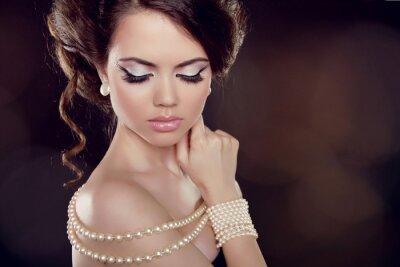 Cuadro Forme a la mujer con un collar de perlas en los hombros al descubierto