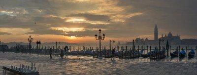 Cuadro Góndolas por Plaza de San Marcos durante el amanecer con San Giorgio Maggiore di iglesia en el fondo en Venecia Italia
