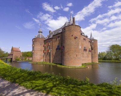 Gran ladrillo, castillo medieval Ammersoyen rodeado por un foso en abeautiful día de primavera