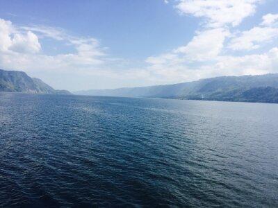 Cuadro Großer See mit Bergen und blauen Himmel