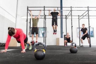 Cuadro Grupo Crossfit entrena diferentes ejercicios