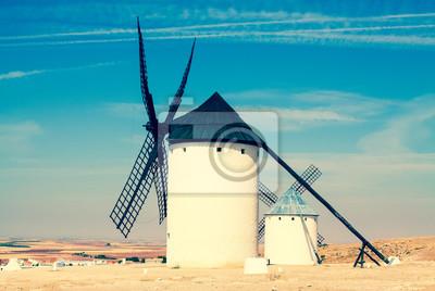 Grupo de antiguos molinos de viento en Campo de Criptana