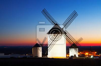 Grupo de molinos de viento en Campo de Criptana en la puesta del sol