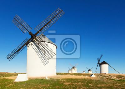 Grupo de molinos de viento en día soleado