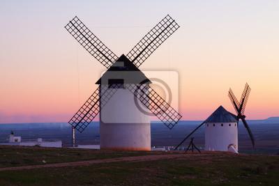 Grupo de molinos de viento en el campo en el crepúsculo
