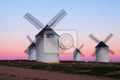 Grupo de molinos de viento en el campo en la noche