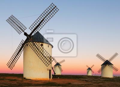 Grupo de molinos de viento en el campo en la salida del sol