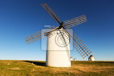 Grupo de molinos de viento en el día soleado