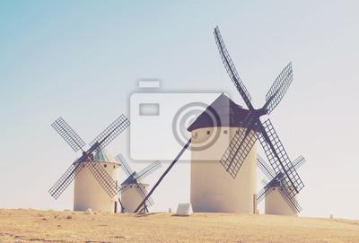 Grupo de molinos de viento retro