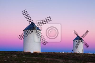 Grupo de molinos de viento retro en el campo en la noche