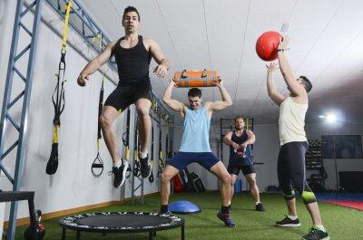 Cuadro Grupo de personas en acción haciendo ejercicios crossfit