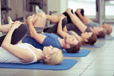 Cuadro gruppe macht Dehnübungen im centro de fitness