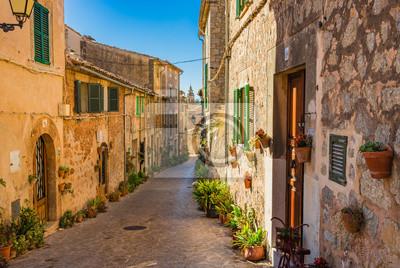 Hermosa calle del antiguo pueblo mediterráneo Valldemossa Mallorca España