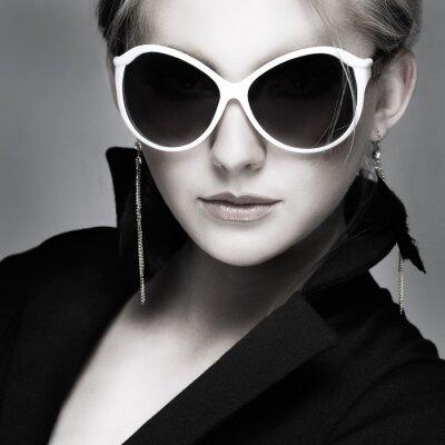 Cuadro hermosa chica es del estilo de moda sobre fondo gris, glamour