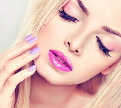 Cuadro Hermosa chica rubia con el maquillaje de color lila
