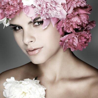 Cuadro hermosa muchacha con flores de color rosa