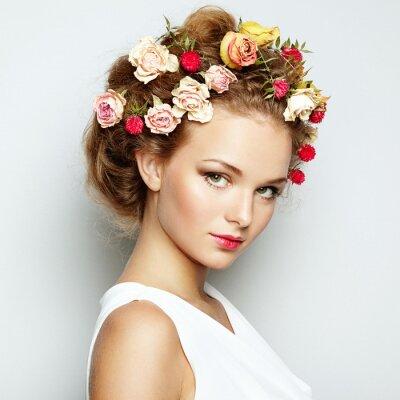 Cuadro Hermosa mujer con flores. Piel de la cara perfecta. Retrato de la belleza