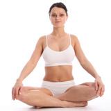 a12f56fb21cf9 Hermosa mujer ropa interior blanca que se sienta con las piernas cruzadas