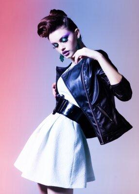 Cuadro hermosa mujer vestida elegante de punk posando dramática
