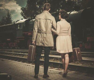 Cuadro Hermosa pareja de estilo vintage con maletas