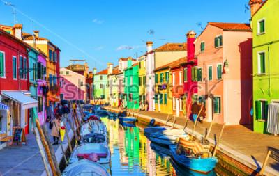 Cuadro Hermosa vista de los canales de Burano con barcos y edificios hermosos y coloridos. El pueblo de Burano es famoso por sus coloridas casas. Venecia, Italia.