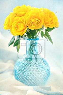 Hermosas Flores Rosas Amarillas En Un Florero Azul Sobre La
