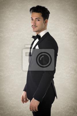 3d6e812954d23 Hombre joven hermoso con elegante traje y pajarita pinturas para la ...