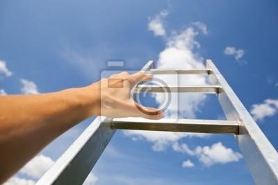 hombre luchando por una escalera al cielo