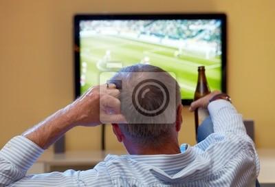 Hombre maduro mirando fútbol en la tele pinturas para la pared ... 59f9f0f144dd3