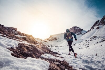 Cuadro Hombre que se ejecuta en la nieve en una montaña