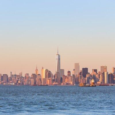Cuadro Horizonte de New York City Manhattan céntrica en la puesta del sol con los rascacielos iluminados sobre el panorama del río Hudson. Composición cuadrada, espacio de copia.