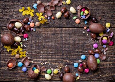 Cuadro Huevos de Pascua de chocolate y dulces en fondo de madera