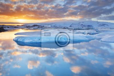Icebergs en Jökulsárlón lago glaciar al atardecer