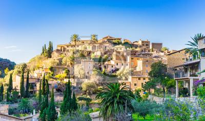 Idílica vista de un antiguo pueblo de montaña mediterránea