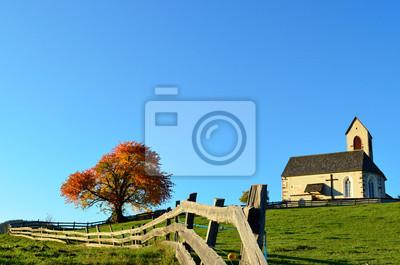 Iglesia y valla en otoño