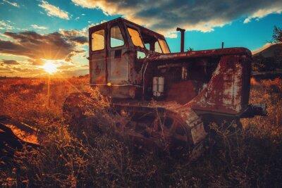 Cuadro Imagen de HDR del tractor oxidado viejo en un campo. Tiro al atardecer