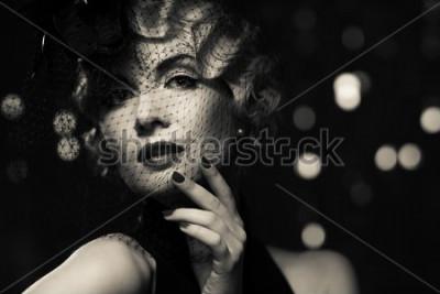 Cuadro Imagen monocromática de elegante retro mujer rubia con poco sombrero con velo